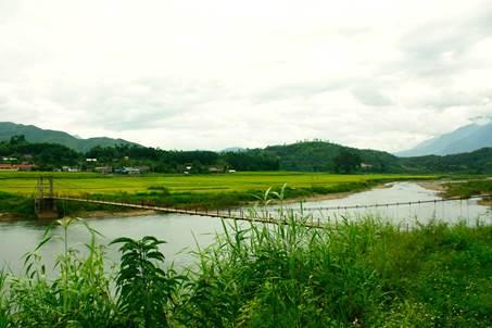 Cầu treo bắc qua dòng Nậm Mu