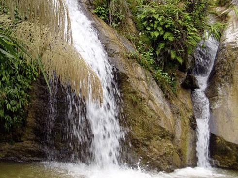 Thác nước tại Đầm Ao Châu