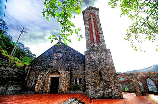 Mặt tiền nhà thờ Tam Đảo